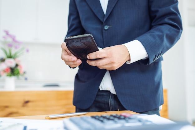 Homme affaires, tenue, portefeuille hommes, debout. Photo Premium