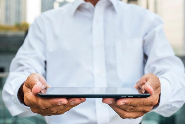 Homme affaires, tenue, tablette, dans, mains Photo gratuit