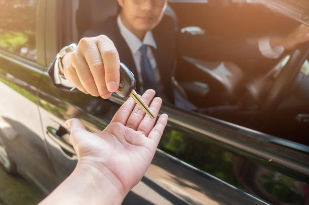 Homme d'affaires tient la voiture clé dans la voiture Photo Premium