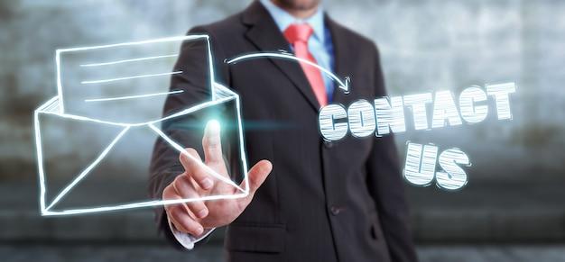 Homme d'affaires touchant l'icône de contact du manuscrit avec son doigt Photo Premium