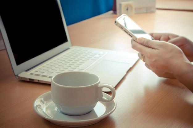 Homme d'affaires travaillant avec des appareils modernes, ordinateur portable numérique et téléphone mobile. Photo Premium