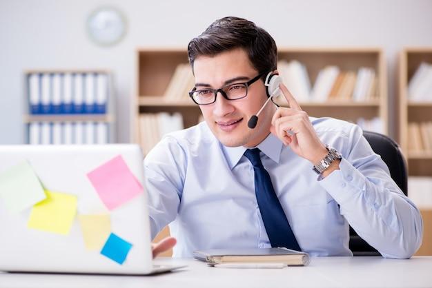 Homme d'affaires travaillant au bureau Photo Premium