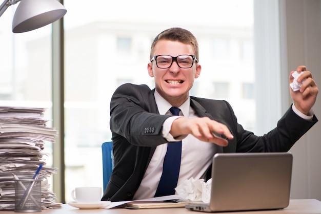 Homme d'affaires travaillant avec beaucoup de paperasse Photo Premium