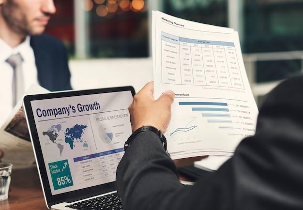 Homme d'affaires travaillant sur la croissance de l'entreprise Photo gratuit
