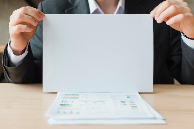 Homme d'affaires travaillant dans un bureau Photo gratuit