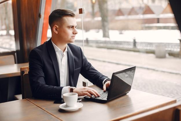 Homme d'affaires travaillant dans un café Photo gratuit