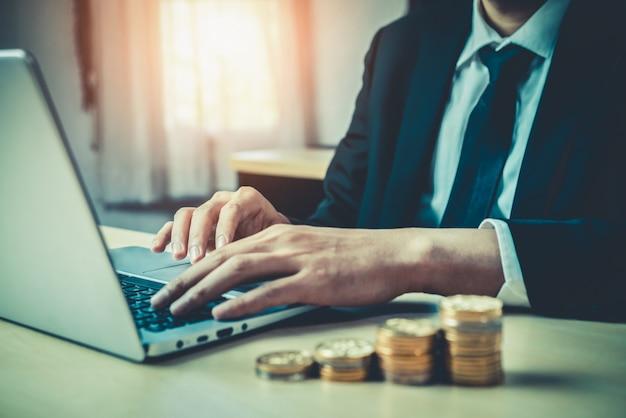 Homme D'affaires Travaillant Avec Monnaie Monnaie Argent. Photo Premium