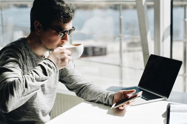 Homme D'affaires Travaillant Sur Un Ordinateur Portable Pour Le Projet. Photo Premium