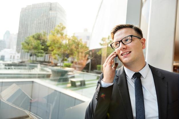 Homme d'affaires travaillant à parler de téléphone concept Photo gratuit