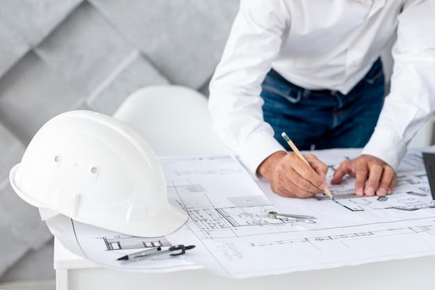 Homme D'affaires Travaillant Sur Un Projet Architectural Photo Premium