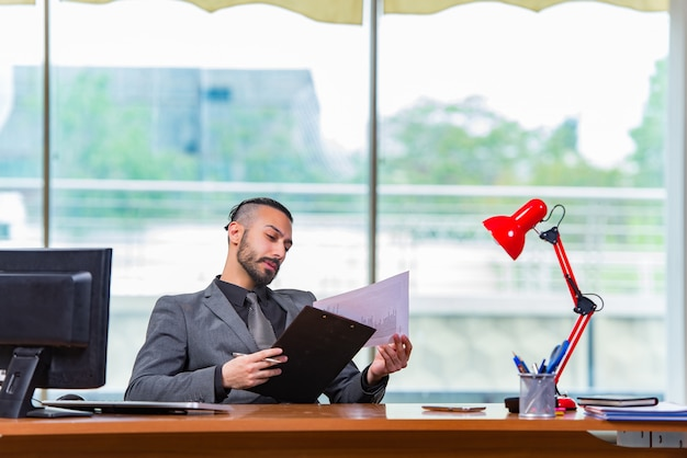 Homme d'affaires triste assis au bureau Photo Premium
