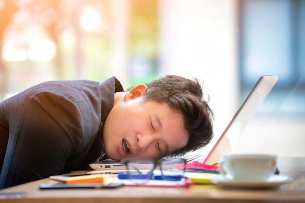 Homme D'affaires Triste Stressé Et Inquiet Assis Dans Le Bureau. Concept De Stress Et D'inquiétude. Ton Vintage Photo Premium