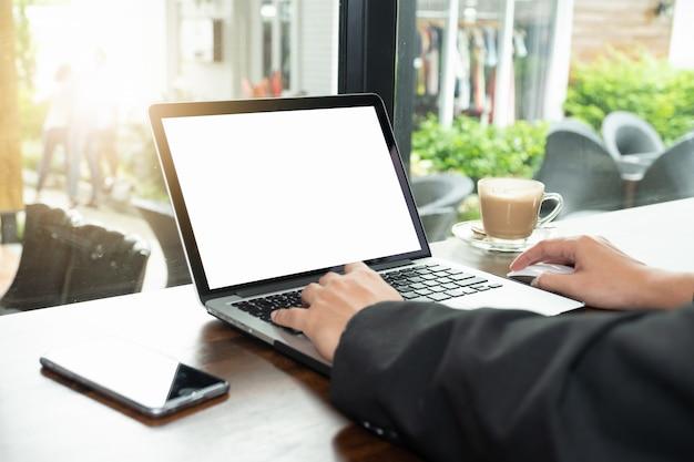 Homme affaires, utilisation, dactylographie, ordinateur portable, à, écran blanc vierge, et, tasse café Photo Premium
