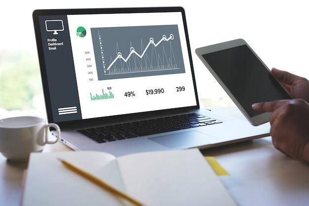 Homme d'affaires les ventes augmentent les parts de revenus et le concept de graphique de tableau de bord des ventes Photo Premium