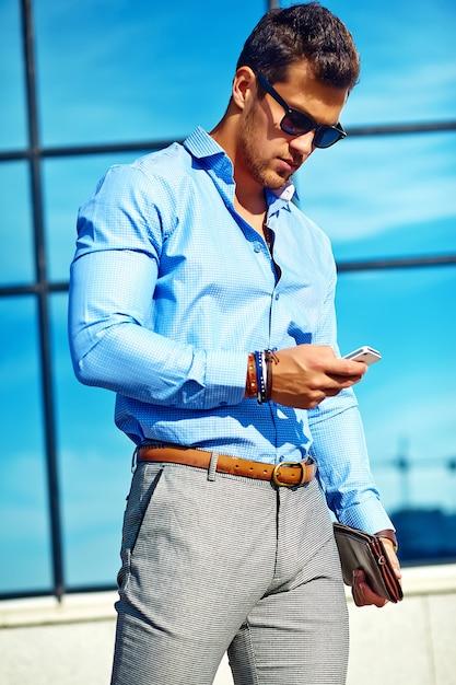 Homme D'affaires En Vêtements Formels Et Lunettes De Soleil Photo gratuit