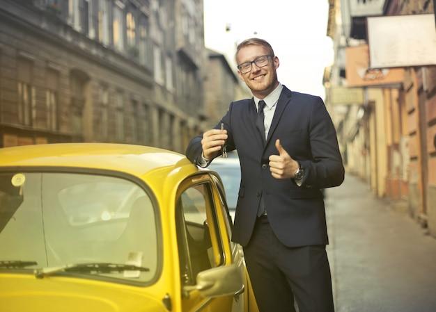 Homme d'affaires avec une voiture mignonne Photo Premium