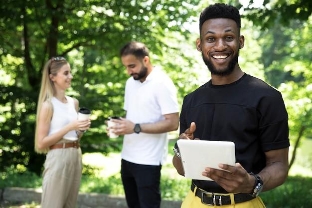 Homme Africain, Coup Moyen, Tenant Tablette Photo gratuit