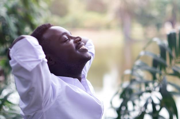 Homme africain ému rire dans le vent Photo Premium