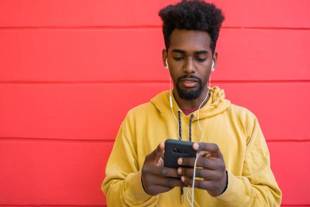 Homme Afro à L'aide De Son Téléphone Portable. Photo Premium