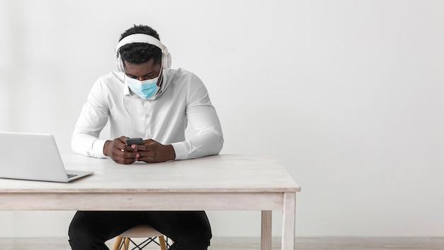 Homme Afro-américain D'affaires Portant Un Masque Médical Photo gratuit