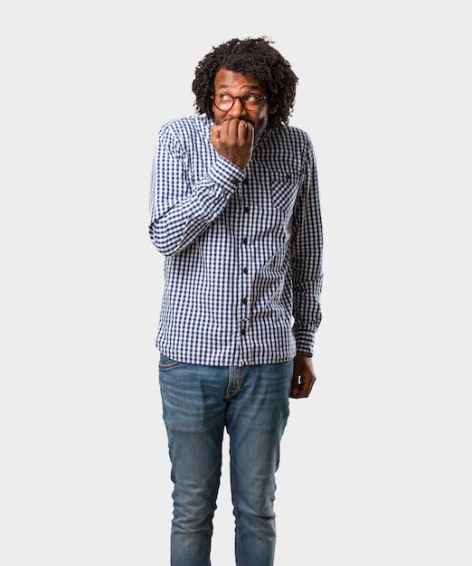 Homme afro-américain de belles affaires se ronger les ongles Photo Premium