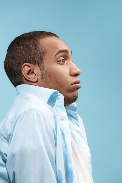 Un Homme Afro-américain Douteux Regarde Avec Effroi L'espace Bleu Photo gratuit