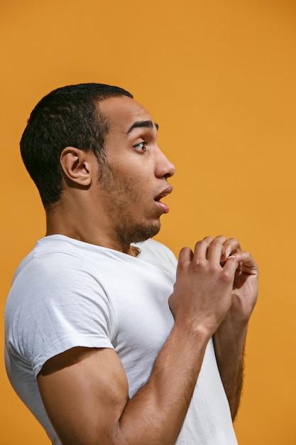 Un Homme Afro-américain Douteux Semble Effrayé Contre L'orange Photo gratuit
