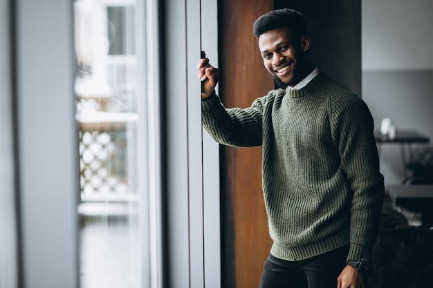 Homme afro-américain avec téléphone dans un café Photo Premium