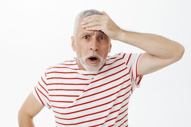 Un Homme âgé Anxieux Et Choqué Se Souvient De Quelque Chose, Gifle Le Front Concerné Photo gratuit