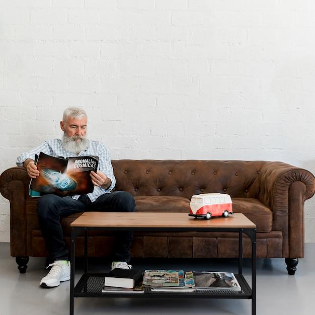 Homme âgé barbu assis dans un salon de coiffure Photo gratuit