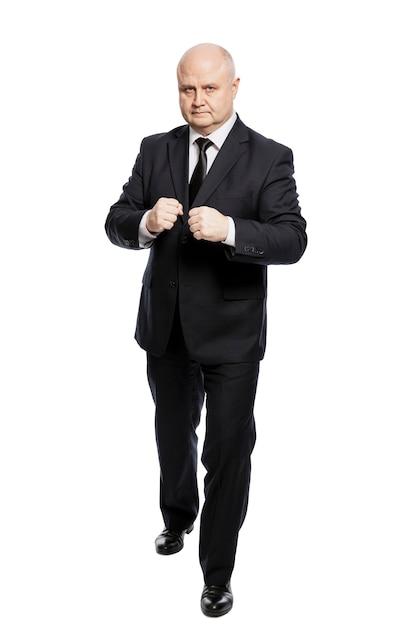 Un Homme D'âge Moyen En Costume Noir Strict Dans Une Position De Combat Photo Premium