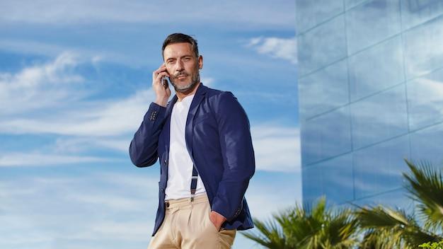 Homme d'âge moyen parlant au téléphone Photo gratuit