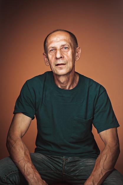 Homme D'âge Mûr Inquiet Assis Photo gratuit
