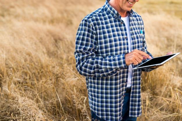Homme d'âge mûr tenant une tablette Photo gratuit