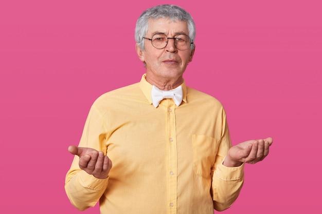Un Homme âgé Ne Sait Pas Quel Genre D'émotion Exprimer Photo gratuit