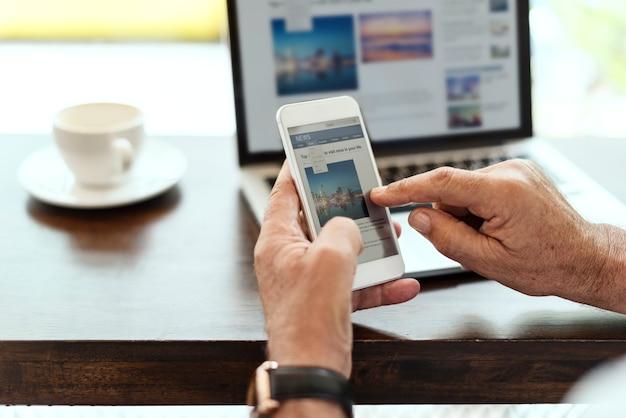 Un homme âgé utilise un téléphone portable Photo gratuit