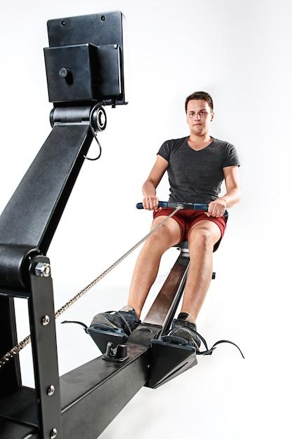 Homme à L'aide D'une Machine De Presse Dans Un Club De Remise En Forme. Photo gratuit