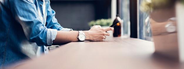 Homme à L'aide De Smartphone, Pendant Les Loisirs. Le Concept D'utilisation Du Téléphone Est Essentiel Dans La Vie De Tous Les Jours. Photo Premium