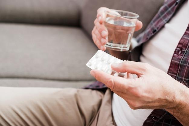 Homme aîné ayant ses médicaments Photo gratuit