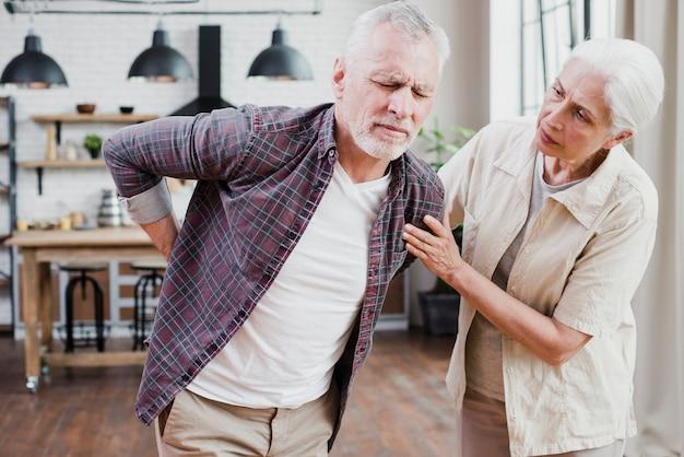 Homme aîné avec mal au dos Photo gratuit
