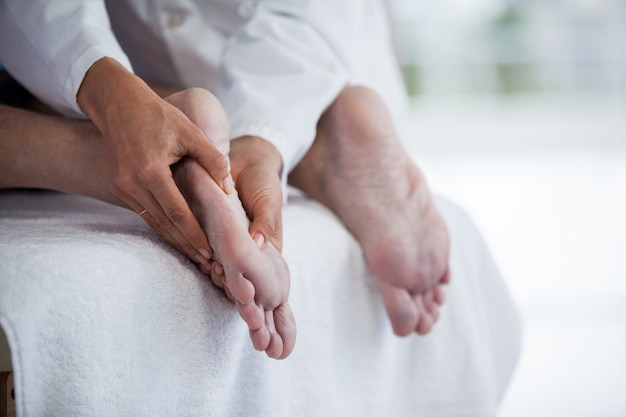 Homme Aîné, Réception, Massage Pied, Depuis, Physiothérapeute Photo Premium