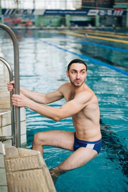 Homme à angle élevé terminant sa formation de natation Photo gratuit