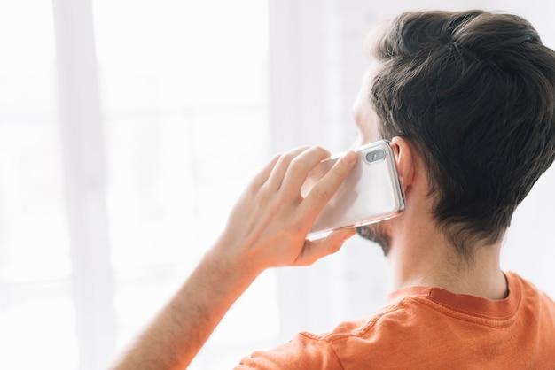 Homme Anonyme Parlant Au Téléphone Photo Premium