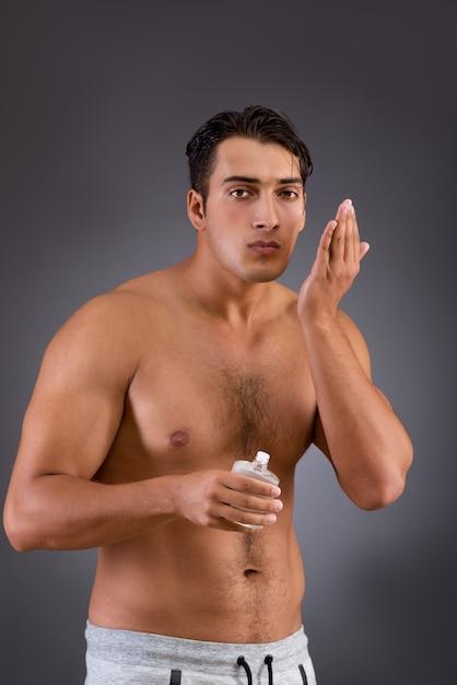 Homme après avoir pris une douche en concept Photo Premium