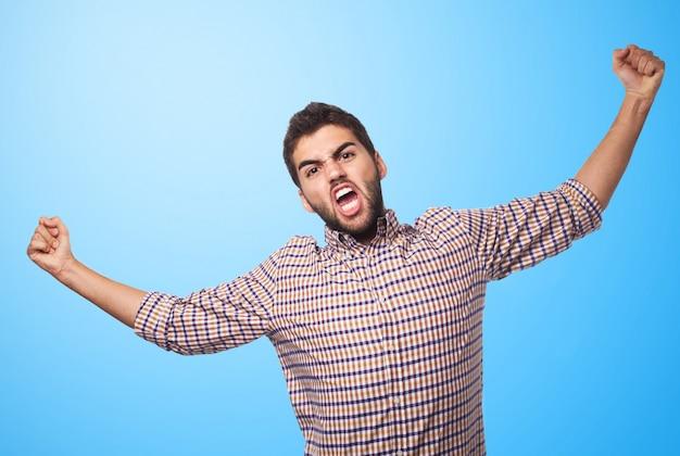 Homme Arabe Exprimant La Colère Sur Fond Bleu. Photo gratuit