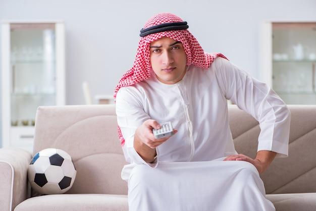 Homme arabe en regardant le football sportif à la télévision Photo Premium