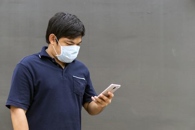 Homme asiatique dans la rue portant des masques de protection, homme malade avec masque de grippe. Photo Premium