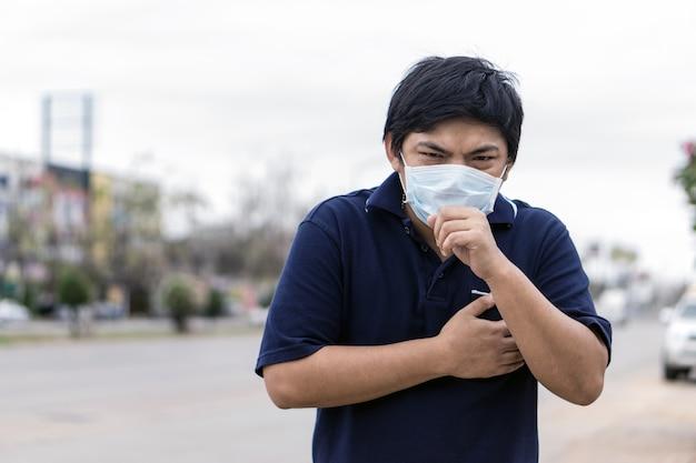 Homme asiatique dans la rue portant des masques de protection Photo Premium
