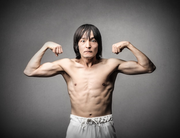 Homme asiatique essayant de paraître fort Photo Premium