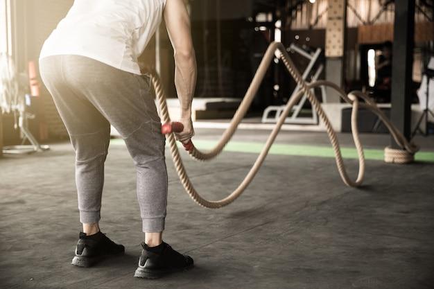 Homme asiatique exerçant l'homme ensemble faisant des exercices de corde travail des bras et cardio pour cross exercices en forme. Photo Premium